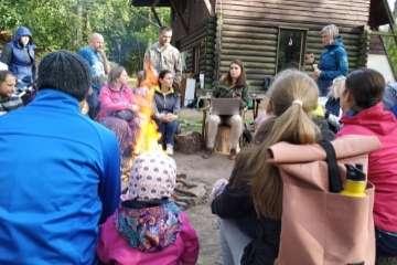 Průvodci a rodiče sedí společně u ohně na Machance
